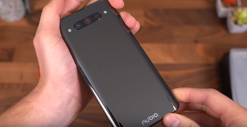 Смартфон с двумя экранами ZTE Nubia Z20